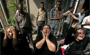 Des femmes de chrétiens coptes tués dimanche, à l'hôpital du Caire hier.