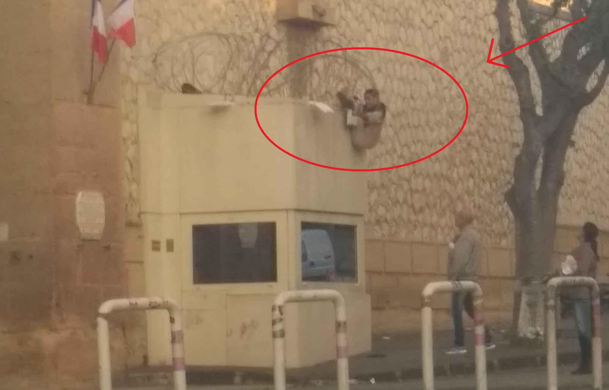 Ce jeune homme tentait d'escalader les murs en passant par la loge du concierge