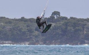 Un kite-surfer. (illustration)