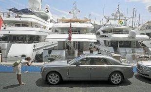 Une Rolls-Royce garée sur le port de la principauté de Monaco.