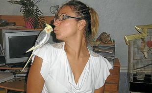 La psychologue Paméla Didier et Timy, l'un des oiseaux élevés à la main.