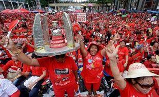 """Plus de 20.000 militants du mouvement des """"chemises rouges"""", selon la police, se sont rassemblés dimanche à Bangkok pour le troisième anniversaire des manifestations de 2010 au cours desquelles plus de 90 personnes avaient été tuées et 1.900 blessées."""