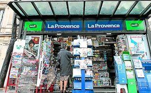 Un kiosque à journaux, à Marseille.