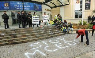 Les militants écologistes mobilisés lors de la tenue du congrès sur le pétrole offshore à Pau. / AFP PHOTO / IROZ GAIZKA