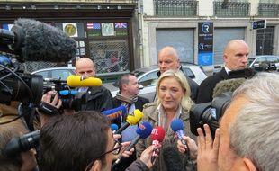 Marine Le pen à son arrivée à la préfecture de Lille.