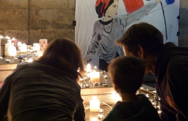 Lyon, le 15 novembre 2015. Des Lyonnais se sont succédé place des terreaux pour rendre hommage aux victimes des attentats de Paris en déposant des bougies devant l'Hôtel de Ville.
