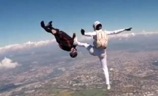 Apparu dans les années 90, le freefly regroupe toutes les positions de la chute libre. Capture d'écran