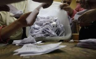 Le compte des bulletins de vote pour l'élection présidentielle égyptienne, dans un brureau de vote du Caire, le 17 juin 2012.