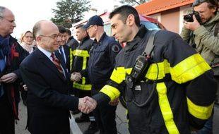 Bernard Cazeneuve salue les pompiers après une simulation d'attaque terroriste dans une fan-zone à Nîmes, le 17 mars 2016