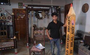 L'artiste pakistanais Bilal Asif pose dans son atelier.