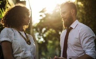 Un homme et une femme discutant. Image d'illustration.