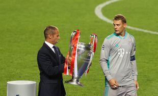 Aleksander Ceferin, président de l'UEFA, remet le trophée de vainqueur de la C1 à Manuel Neuer, en août 2020.