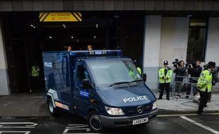 Les deux musulmans suspectés d'avoir frappé à mort à l'arme blanche un soldat à Londres comparaîtront lundi devant deux tribunaux de la capitale britannique, selon des sources judiciaires.