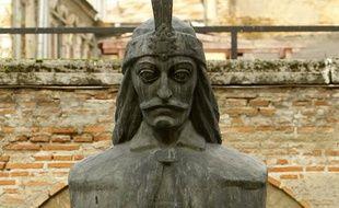 Photo d'une statue du buste de Vlad Tepes prise dans la résidence de Curtea Veche le 6 novembre 2009