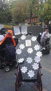 Le cercueil où gisent les droits des personnes handicapées imaginé par les militants toulousains d'Handi-Social.