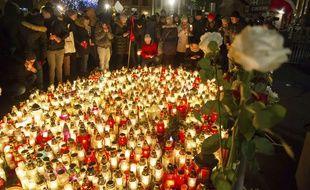 Des milliers de polonais rendent hommage à Pawel Adamowicz.