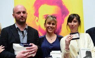 Les journalistes Luc Mathieu (G), Cécile Allegra (C) et Delphine Deloget (D), remportent le Prix Albert-Londres 2015, le 30 mai 2015