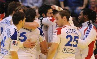 Toujours dans le doute, l'équipe de France a fait preuve de beaucoup de coeur pour rester en vie à l'Euro de handball avec un succès laborieux (28-26) sur la Slovénie dimanche à Novi Sad.
