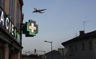 Avion en approche d'atterrissage à l'aéroport de Toulouse Blagnac. 13/12/10 Saint Martin du Touch