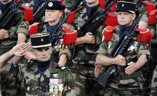 Des soldats du 11e rRégiment d'Artillerie de Marine défilent sur les Champs-Elysées le 14 juillet 2011.