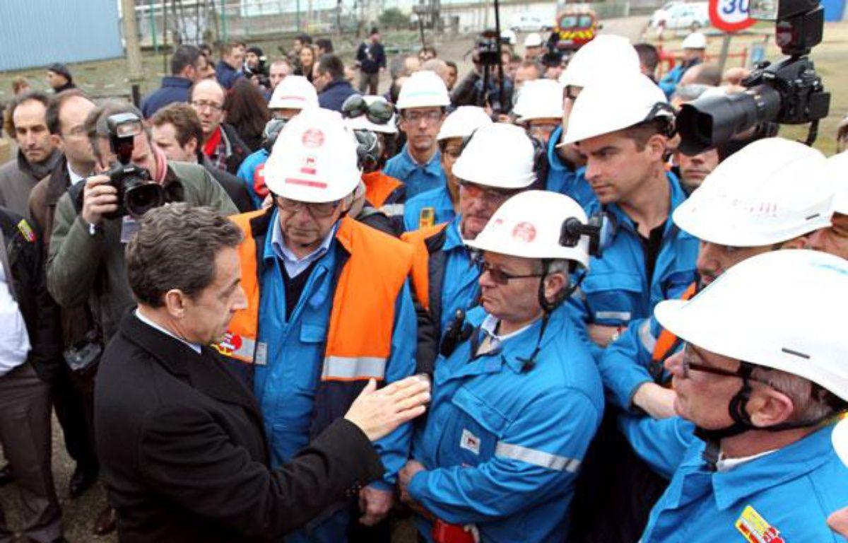 Nicolas Sarkozy avec des salariés la raffinerie Petroplus de Petit-Couronne (Seine-Maritime) le 24 février 2012  – K. TRIBOUILLARD / POOL / AFP