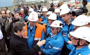 Nicolas Sarkozy avec des salariés la raffinerie Petroplus de Petit-Couronne (Seine-Maritime) le 24 février 2012