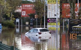 Une voiture submergée après les inondations qui ont frappé le sud-est, ici à Fréjus (Var).