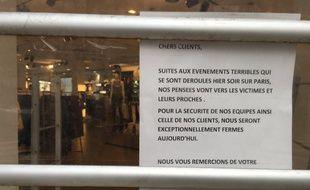Le message sur les vitres du magasin H&M, boulevard Haussmann.