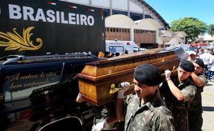 Santa Maria et d'autres villes du sud du Brésil,enterraient lundi les 231 morts de l' incendie tragique d'une discothèque dont l'un des propriétaires et deux membres du groupe qui s'y produisait ont été arrêtés, selon la police.