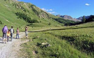 Des randonneurs dans le vallon du Lauzanier à Larche, dans le Parc national du Mercantour.