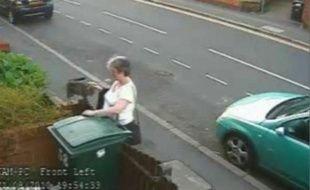 Mary Bale, qui caresse le chat, le jettera quelques instants plus tard dans la poubelle.