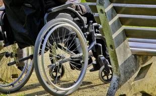 Un homme en fauteuil roulant (illustration)