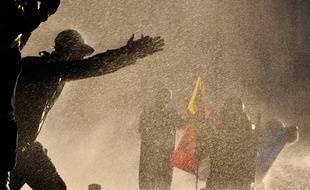 Les forces de l'ordre ont sorti les lances à eau pour disperser les manifestants.