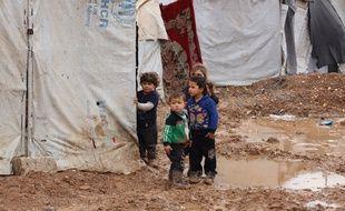 Des enfants réfugiés syriens dans un camp à la frontière entre la Turquie et la Syrie le 29 janvier 2021.