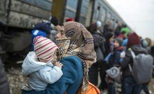 Des migrants embarquent à bord d'un train à destination de la Serbie le 18 février 2016 près de Gevgelija à la frontière entre la Macédoine et la Grèce