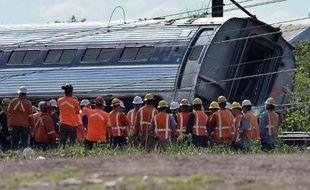 Les sauveteurs autour du train qui a déraillé le 13 mai 2015 à Philadelphie