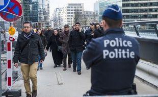 Un policier à Bruxelles, près de la station de métro Maalbeek, frappée par un attentat le 22 mars 2016.