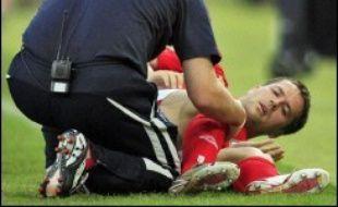 La soirée commençait très sombrement pour l'Angleterre. Dès la 1re minute, Michael Owen se blessait seul au genou droit. Sur sa première prise de balle, il plantait son pied dans la pelouse, son genou tournant sous l'effort, avant d'être évacué sur une civière et remplacé par Peter Crouch (4).