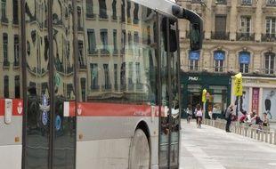 A Lyon, le 8 juillet 2014. Illustration d'un bus empruntant la place des Terreaux. E.Frisullo / 20 minutes.