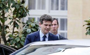 """Le ministre du Redressement productif, Arnaud Montebourg, va """"regarder"""" le dossier sensible de l'exploitation du gaz de schiste en France, sans toutefois le """"rouvrir"""", a-t-on appris vendredi auprès de son cabinet."""