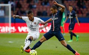 L'attaquant brésilien du PSG Lucas contre Caen, le 14 février 2015 au Parc des Princes.