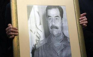 Une décennie après la capture de Saddam Hussein, l'Irak porte toujours le fardeau de l'héritage du dictateur exécuté: conflits, sanctions, bureaucratie, corruption et répression.