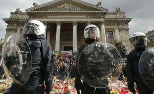 La police belge protège le mémorial en hommage aux victimes des attentats place de la Bourse à Bruxelles.