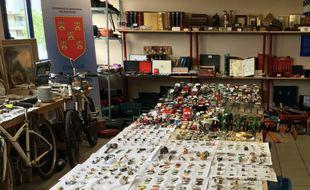 L'ensemble du butin est exposé dans l'une des salles de la gendarmerie...et obstrue les lieux.