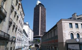 La tour Bretagne, au fond, avec sa rampe d'accès inutilisée.