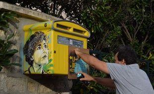 Le street artist C215 réalise un pochoir de Claudie Haigneré au Bourget (Seine-Saint-Denis) pour l'exposition-parcours «La Légende des cieux».