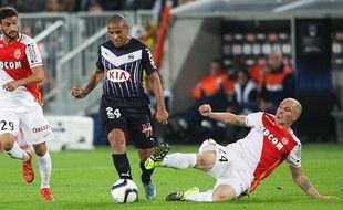 Wahbi Khazri échappe à Andrea Raggi lors du match entre les Girondins et Monaco le 8 novembre 2015.