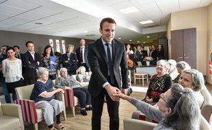 Emmanuel Macron en campagne dans une maison de retraite à Talence, le 13 décembre 2016.