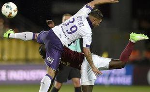 Duel acrobatique entre l'attaquant du TFC Andy Delort et un défenseur messin, lors du match de Ligue 1 à Metz, le 14 mai 2017.