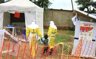 Un garçon soupçonné d'avoir le virus Ebola est emmené dans un centre de traitement à Beni, à l'est de la RDC, le 9 septembre 2018.